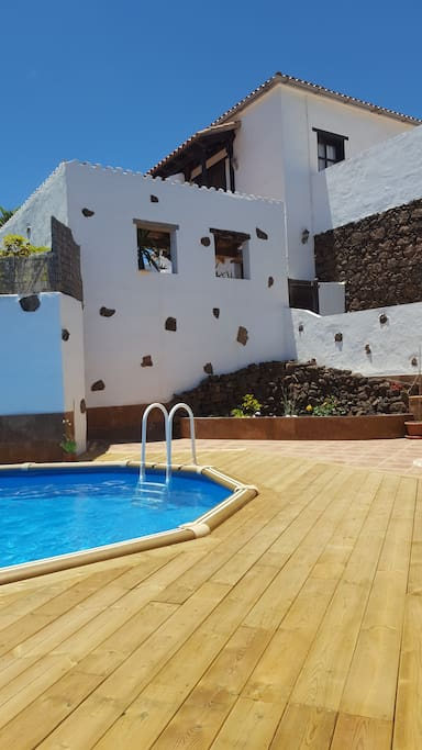 View of the villa and Canarian courtyard from the pool área.