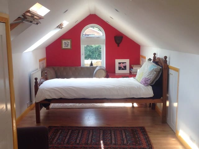Warm, spacious loft room in Cookham - Cookham - Loft