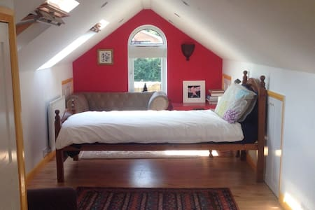 Warm, spacious loft room in Cookham - Cookham