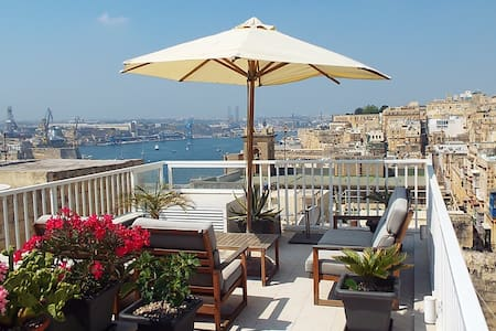 Beautiful Townhouse with harbour views - Valletta - Rivitalo