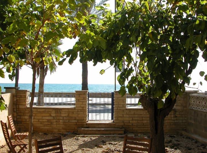 Salou 1 · House -garden in front of the beach - Ferrari Land