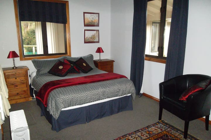The Blue Room. Queen bed with en-suite bathroom and private access.
