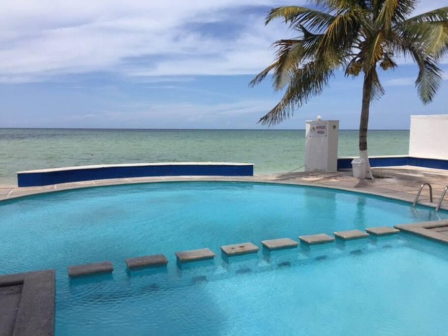 Vista de piscina y mar