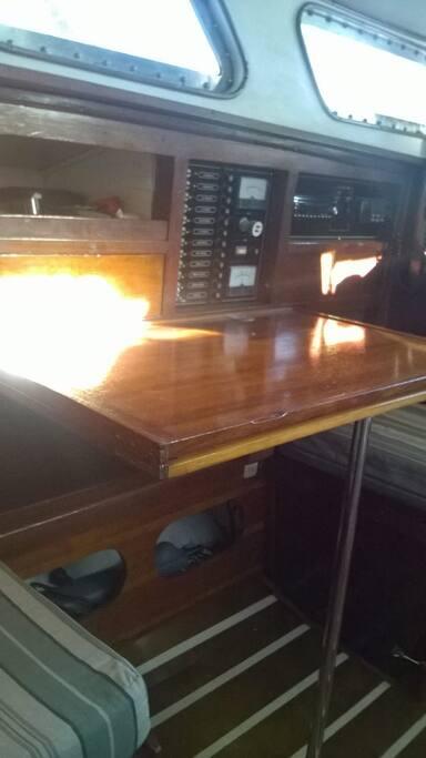 Interior del Velero Yehuin, mesa para 2 que se abre para 4 personas