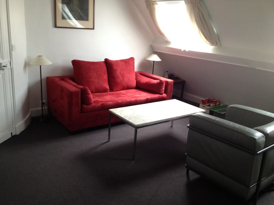 salon TV/jeux sous les toits avec canapé lit convertible, peut être une 4ème chambre/ TV and playroom top floor - sofa convertible bed, can be used as a 4th bedroom