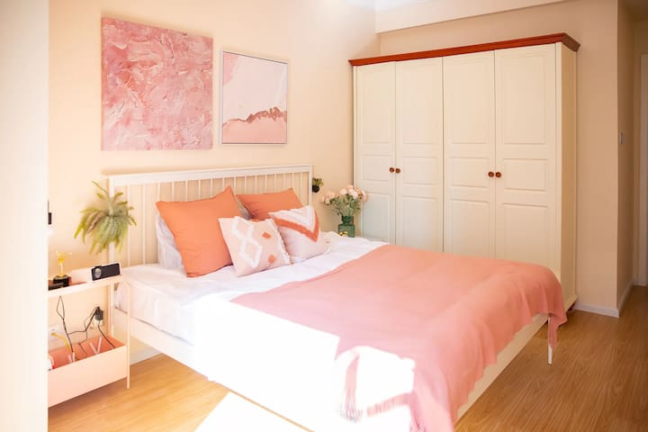 卧室配有1.8米大床,星级酒店床品,高清投影仪