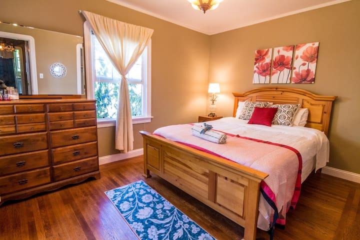 Elegant Queen Bed, Lovely Home, Safe Neighborhood