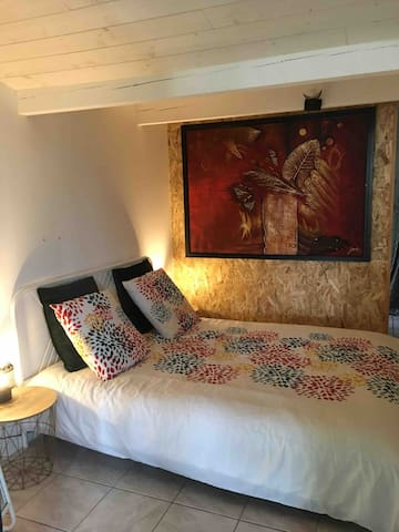la chambre est équipée d' un lit en 160 avec deux  chevets ainsi que deux lampes de chevets et un miroir. Deux oreillers avec Alezes de protection, housse de protection matelas, et couette.