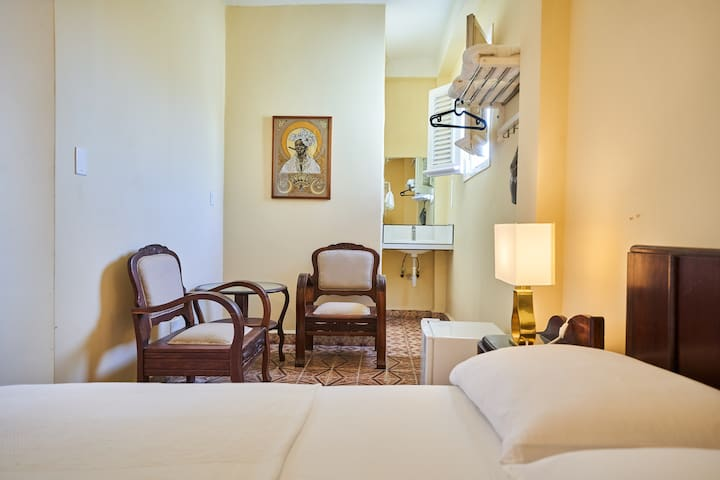 Room 4 min-suite with private bathroom beyond