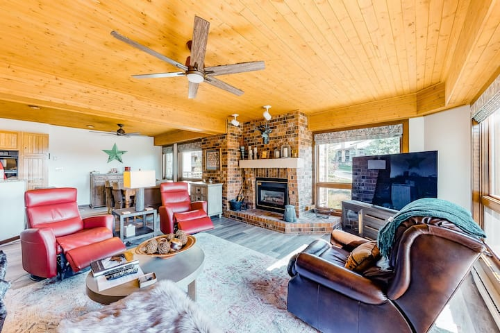 Updated, open condo w/ fireplace, AC & shared hot tubs - steps to gondola!