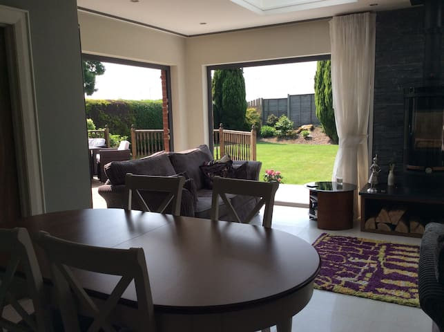 Comfortable double in contemporary home. - Lisburn - House