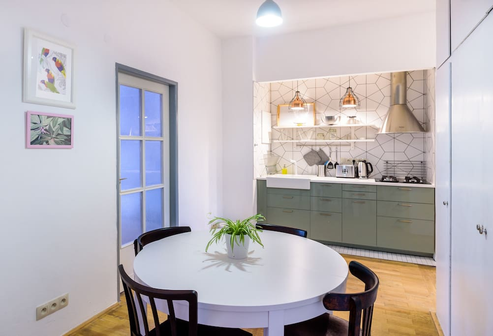 You can cook something tasty in the fully equipped kitchen and enjoy it on the spacious circular table with your friends.
