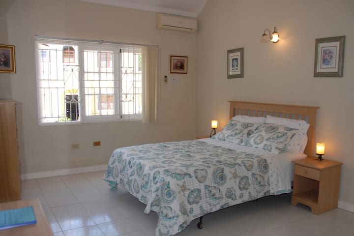 B&B Ocean Jr Suite in Ironshore Villa with Pool