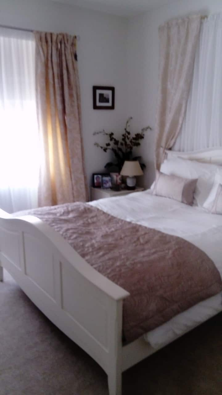 White Room with Queen Bed and ensuite bathroom.