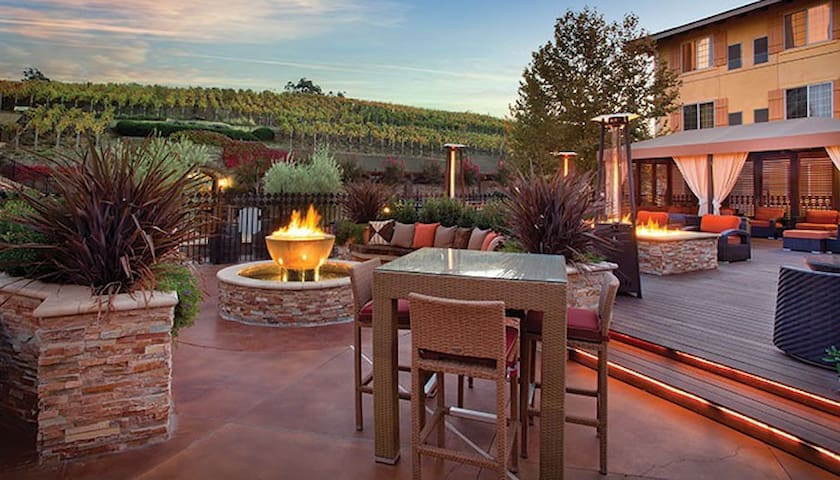 BEAUTIFUL NAPA RESORT- Free wine tasting!