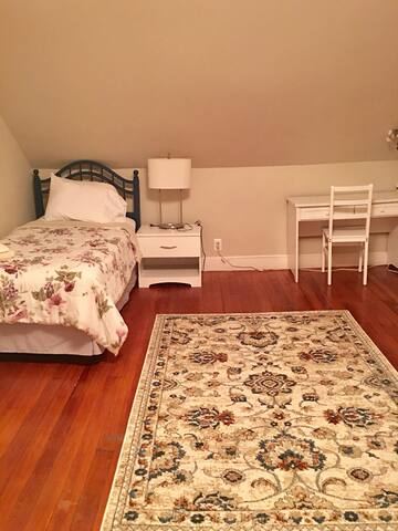 South Facing Private Room 35 min drive from Boston