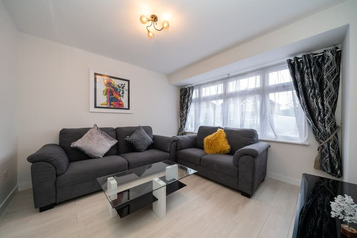 Newly renovated home 25 mins to Central London