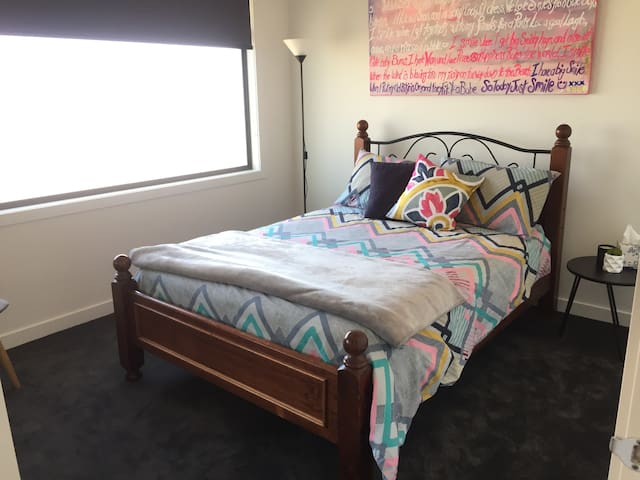 Private bedroom & bathroom. Close to airport & CBD