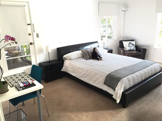 PRIVATE ENTRANCE, BEDROOM&FULL BATH - Los Angeles - Lakás