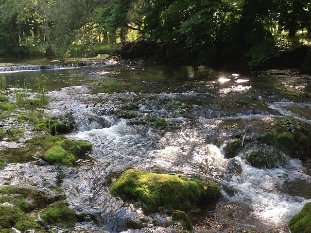 LES ISLES 2:  Chambre au bord de la rivière
