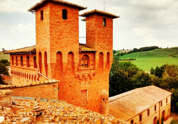 Private Apartment in Charming Castle near Siena