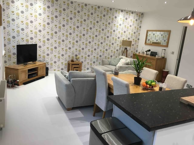 Lounge with 3D smart TV, blu-ray player, super fast fibre broadband and BOSE sounddock