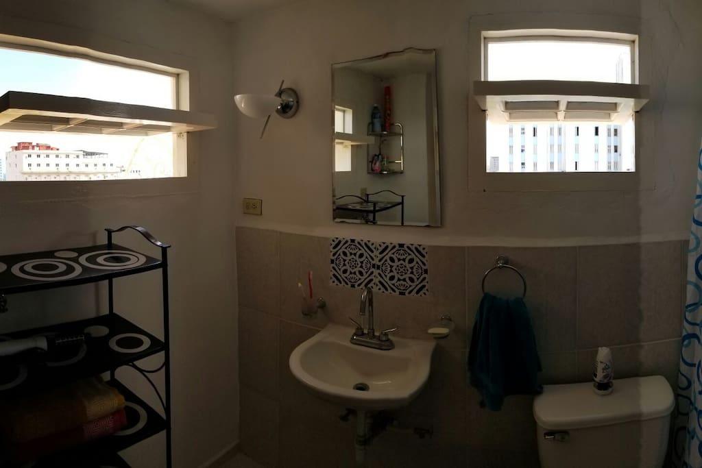 amplio e iluminado baño con ducha y agua fría y caliente las 24 horas