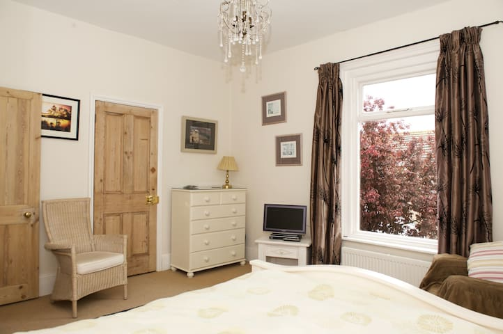 Lovely ensuite double room in comfy home in Deal