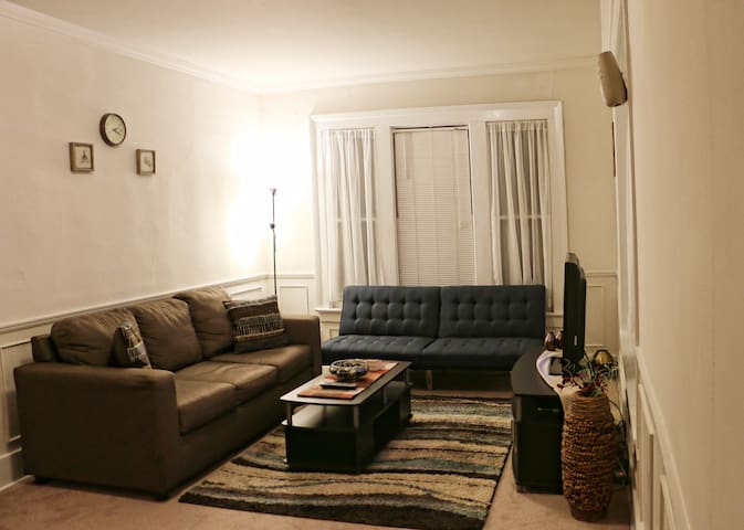 Downtown: bedroom and bathroom TWO min from Gannon