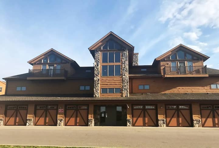 Top Floor Northern Bay on Golf Course. Lake Views!