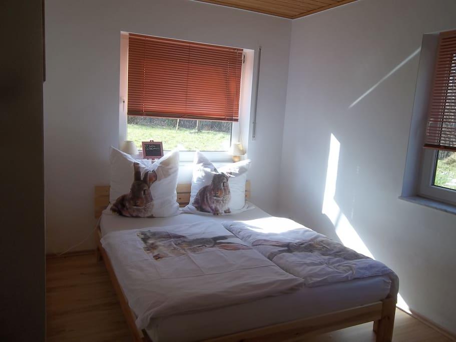Schlafzimmer mit 1,60m Doppelbett und Kleiderschrank