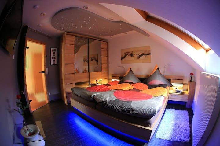 Schlafzimmer mit schalterfreier Beleuchtung