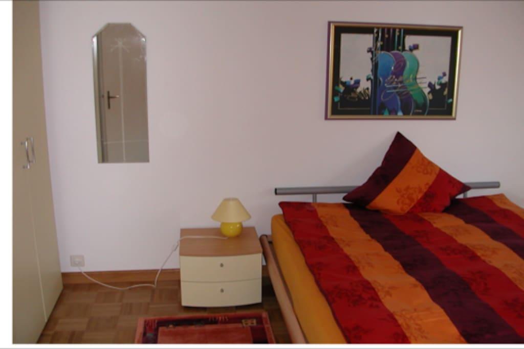 Schlafzimmer mit Doppelbett, Klappbett für 3. Person