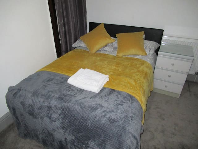 EnSuite Double Rooms -M, kitchen & lounge facility