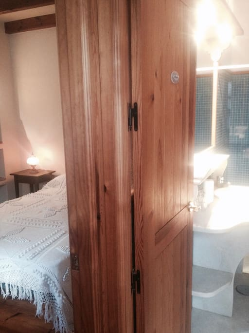 Vista del baño y la habitación