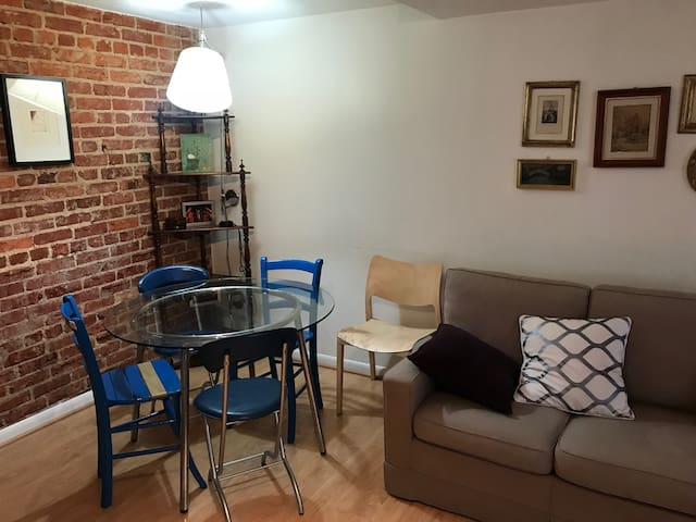 Light-Filled, Cozy English Basement - Glover Park