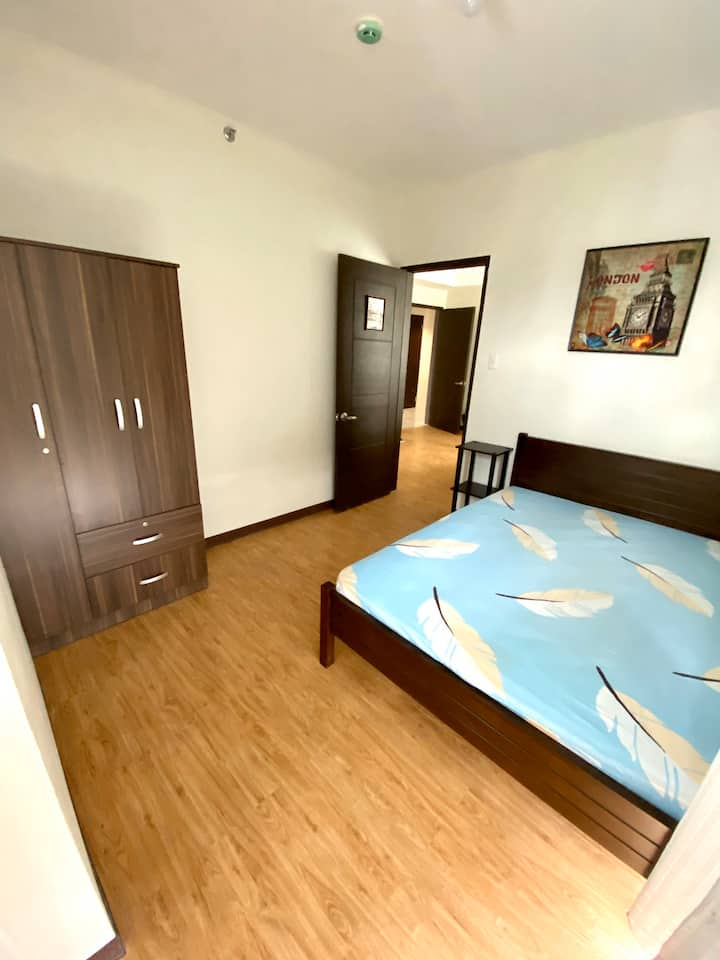 1 BEDROOM WITH BALCONY, UNLIMITED WI-FI AND CABLE.