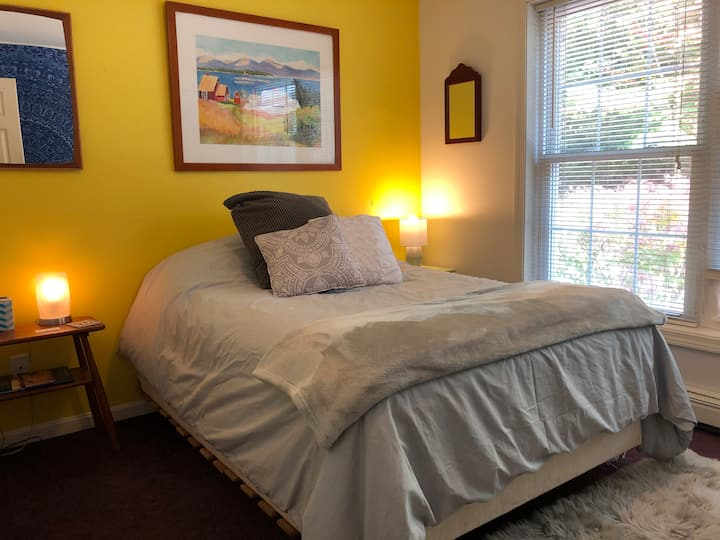 Clean Bright Bedroom in home(full bathroom shared)