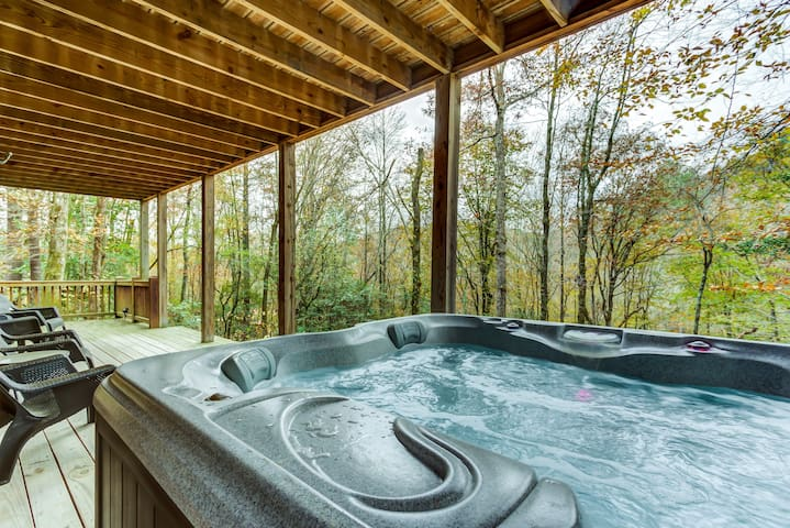 Woodland cabin w/ private hot tub, gas fireplace & creek on-site!