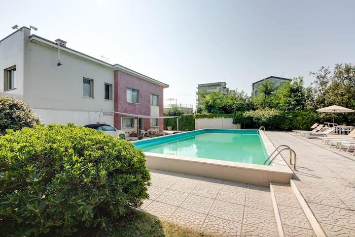 Bilocale in villa con piscina in riva al mare