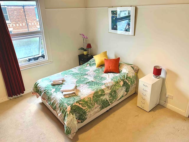 Oxford room: Bright and spacious double room