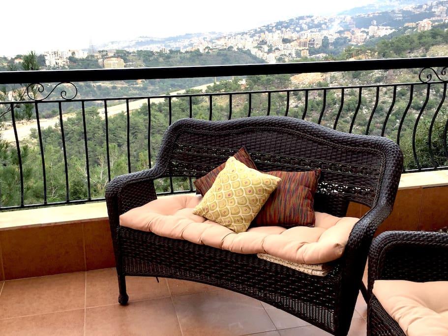 Terrasse équipée (tables et chaises + banquette et fauteuils)