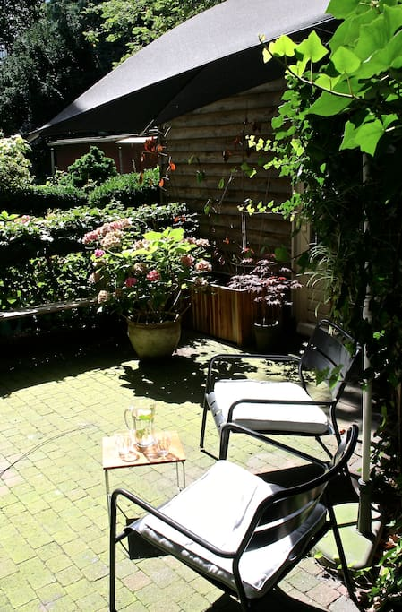 Our cozy garden with lounge chairs for a drink or bbq