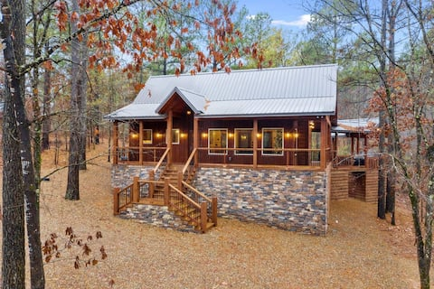 NEW Construction! Brand new high-end romantic one-bedroom cabin located in the highly sought-after Timber Creek area.