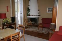 pièce principale avec canapé 140 et deux lits gigognes 1 place - coin salle à manger