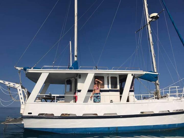 Logez à bord d'un bateau a Quai.