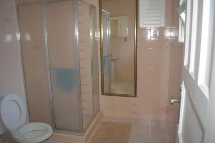 banheiro da primeira suíte, segundo andar.