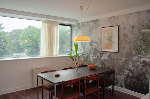 Spacious, modern two bed apartment with parking