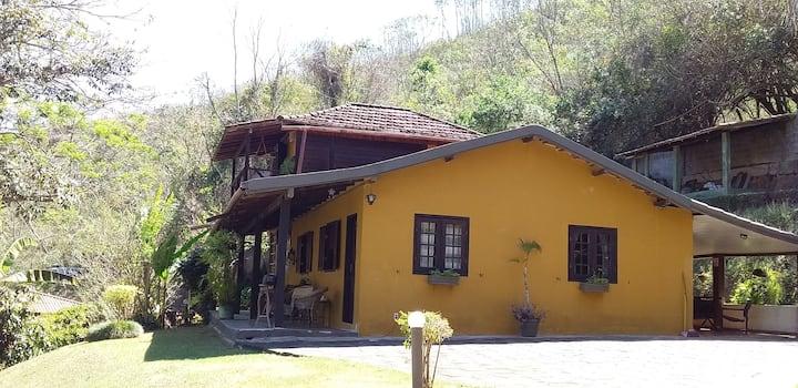 casa de campo,em  área rural,com cachoeira perto.