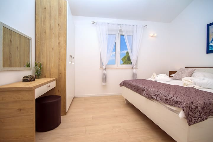 Bedroom No.1 on the first floor with 180X200 bed and beautiful sea view